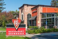 BJ的餐馆啤酒酿造厂外部和标志 库存图片