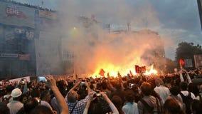BJK-fangrupp Carsı som sjunger på den Taksim fyrkanten arkivfilmer