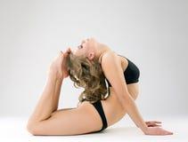 Böjlig modell som poserar, medan göra den gymnastiska cirkeln Royaltyfri Fotografi