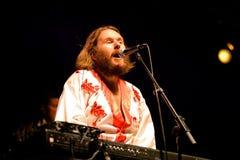 Bjorn Again (musikbandhedersgåva till ABBA) utför på den guld- nypremiären Arkivfoton