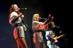 Bjorn Again (musikbandhedersgåva till ABBA) utför på den guld- nypremiären Arkivbild