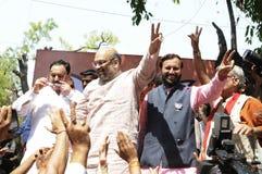 Bjp-Parteiarbeitskräfte, die während der Wahl in Indien feiern Lizenzfreie Stockfotografie