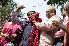 Bjp partiarbetare som firar under valet i Indien Royaltyfri Bild