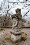 Björnstaty med den Orsini vapenskölden Bomarzo Italien Arkivbilder