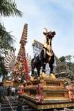 Bjuder kremeringtornet och sarkofagtjuren som det är förberedda i Ubud för kungafamiljenbegravningen - 27th Februari 2018 royaltyfria bilder