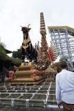 Bjuder kremeringtornet och sarkofagtjuren som det är förberedda i Ubud för kungafamiljenbegravningen - 27th Februari 2018 royaltyfri fotografi