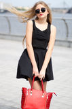 bkack裙子的小姐,无袖的衬衣和时尚请求posi 库存图片