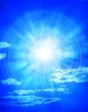 błękit chmurnieje nieba słońce Zdjęcia Royalty Free