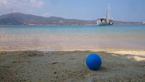 Błękitna piłka na Beachz Zdjęcia Stock