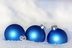 Błękitne piłki w śniegu Fotografia Stock