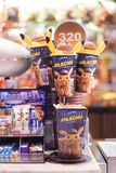 BKK - 12 mei, 2019: Een foto van Pokemon-de film promotiepunten van DetectivePikachu van popcorn & frisdrankencontainer die binne stock foto