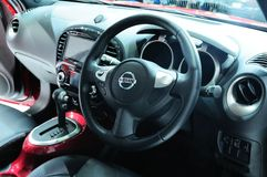 BKK - NOVEMBER 28: Inre av den nya Nissan JUKE, korsar över bilen, nolla Fotografering för Bildbyråer