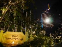 BKK THAILAND - JANUARI 4, 19: Dusiten Thani Bangkok, ett av Thailand äldsta lyxiga hotell som ger dess bästa på i går kväll royaltyfri fotografi