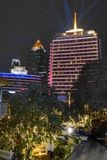 BKK THAILAND - JANUARI 4, 19: Dusiten Thani Bangkok, ett av Thailand äldsta lyxiga hotell som ger dess bästa på i går kväll royaltyfri bild