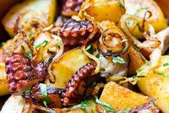Bläckfisk med stekte potatisar Arkivfoto