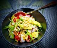Bläckfisk- och avokadosalladaptitretare för lunch arkivfoto