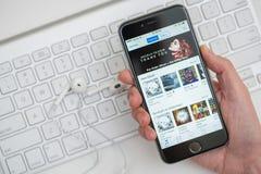 Bläddra det iTunes lagret för musik royaltyfri bild