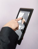 Bläddra en website på tabletPC Arkivfoton