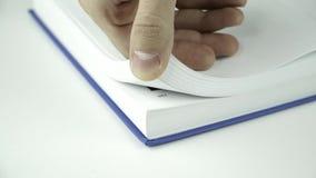 Bläddra sidorna av en bok stock video