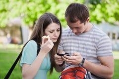 bläddra telefon genom att använda rengöringsduk Royaltyfria Bilder
