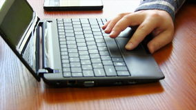 Bläddrar en Website genom att använda hans bärbar datorspårblock lager videofilmer
