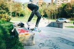 Bläddring av skateboarden arkivfoton