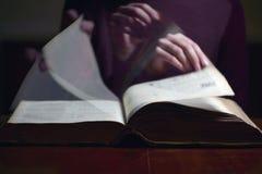 Bläddring till och med en gammal bok Arkivbild