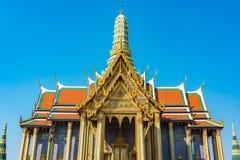 Bländande garneringar av taket och stupa av den storslagna slotten, Bangkok Royaltyfria Foton