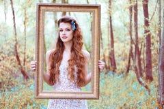 Bländande kvinna som ser till och med en ståenderam Arkivfoto