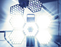 Bländande ljus av den kirurgiska lampan Arkivbilder
