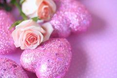 Blänka hjärtor med rosa rosor Arkivbild