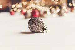 Blänka jul som prydnaden med belysningljus på vit uppvaktar Arkivbilder