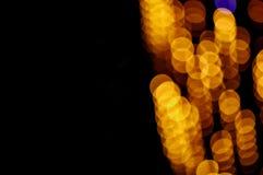Blänka lampabakgrund blå guld de-fokuserat kopieringsutrymme royaltyfri bild