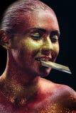 Blänka makeup på en härlig kvinnaframsida på en svart bakgrund Fotografering för Bildbyråer