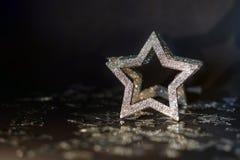 Blänka stjärnan på svart bakgrund arkivbild