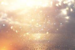 Blänka tappningljusbakgrund Silver och guld de-fokuserat royaltyfria bilder