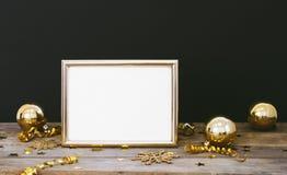 Blänker den övre ramen för åtlöje på wood lantlig mörk bakgrund med julpynt snöflingor, struntsaker, klockan, slingrande och stjä fotografering för bildbyråer