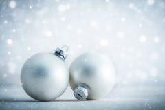 Blänker garnering för glass bollar för jul på frostigt bakgrund royaltyfria foton