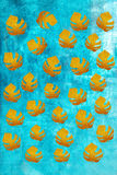Blätter auf einem blauen Schmutzhintergrund Lizenzfreie Stockbilder