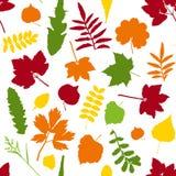Blätter auf nahtlosem Hintergrund Lizenzfreies Stockbild