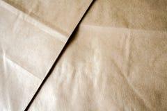 2 Blätter braunes Kraftpapier liegend auf einander stockbild