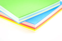 Blätter des farbigen Papiers auf einem weißen Hintergrund lokalisiert Lizenzfreie Stockbilder