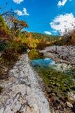 Blätter des klaren Flusses und des Falles an verlorenem Ahorn-Nationalpark, Texas stockfotografie