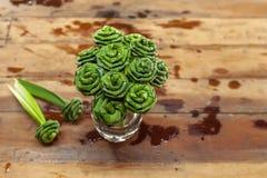 Blätter falteten sich in eine Rose für Buddha Stockfoto