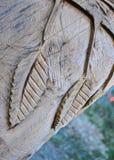 Blätter geschnitzt im Baum Stockfotos