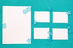 Blätter Papier auf dem blauen Drapierung Stockfoto