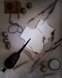 Blätter Papier brannten, Wachteleier, der alte Öler für Lampen, trockener Lavendel Ansicht von oben Stockbilder