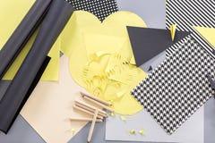 Blätter Papier und Zeichenstifte Lizenzfreies Stockbild