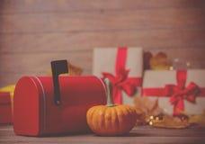 Blätter und Kürbis mit Halloween-Geschenkbox und -Postbox Stockbild