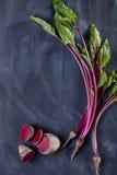 Blätter und Rote-Bete-Wurzeln der roten Rübe auf Schwarzem Stockfotos
